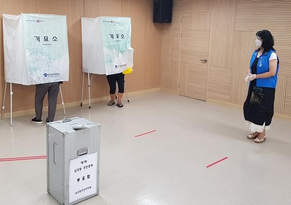 ▲ 철저한 거리 두기로 진행된 투표.