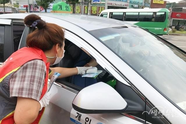 ▲ 성곡동 행정복지센터 앞 버스정류장, 원종사거리 버스정류장에서 마스크를 배부하는 움직이는 자원봉사단