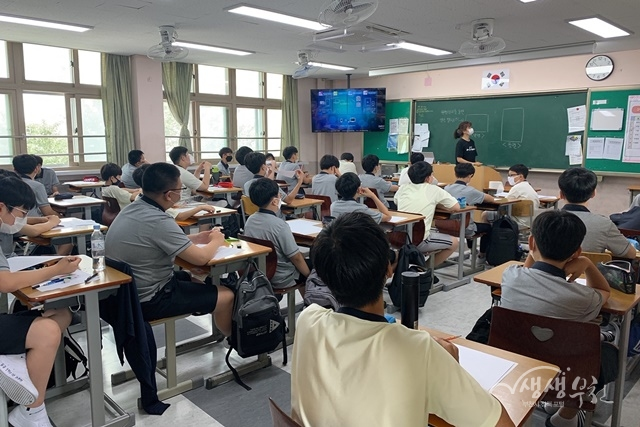 ▲ 부천동중학교 학생들이 '일인일저 책쓰기 시민작가 도서 출판기념회'에 참여하고 있다