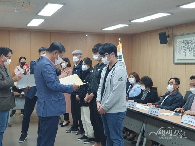 ▲ 지난 13일 중동 행복마을자치회에서 지역인재 5명에게 장학금을 전달했다