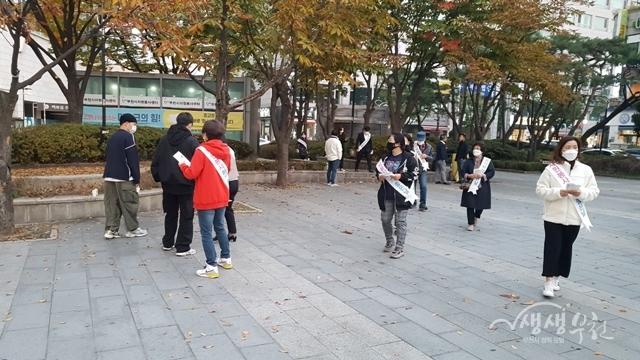 ▲ 봉사단체 임원들이 시민대상 마스크 쓰기 캠페인 연합봉사활동을 하고 있다.