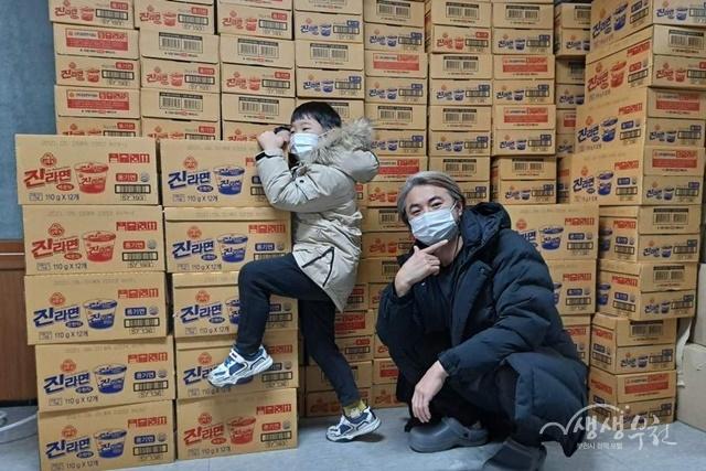 ▲ e사랑전자 김창범 대표가 성곡동 행정복지센터에 컵라면 100박스를 기탁했다