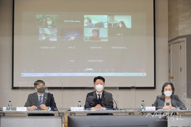 ▲ ZOOM과 유튜브 생중계로 진행된 제2회 부천혁신교육포럼에 참석한 장덕천 부천시장(가운데)