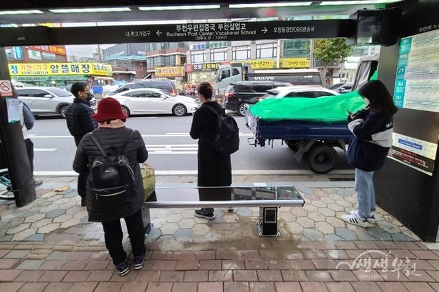 ▲ 2020년 확대 설치한 버스정류장 온열의자
