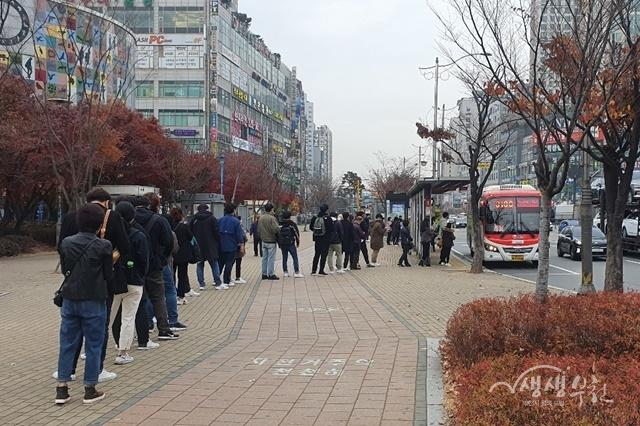 ▲ 버스 대기 유도선 설치 전 상동역홈플러스 앞 정류소 보도