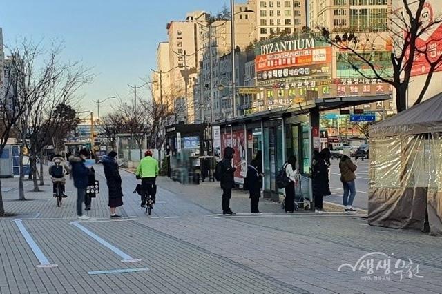 ▲ 버스 대기 유도선에 따라 질서 있게 줄 선 부천시민의 모습
