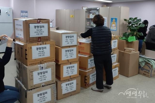 ▲ 자원봉사자들이 방한물품 샐깔, 사이즈 분류 및 포장작업을 실시하고 있다.