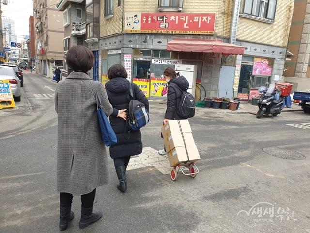 ▲ 식료품을 배달하고 있는 부천성모병원 외래간호팀과 심곡동 지역사회보장협의체 위원