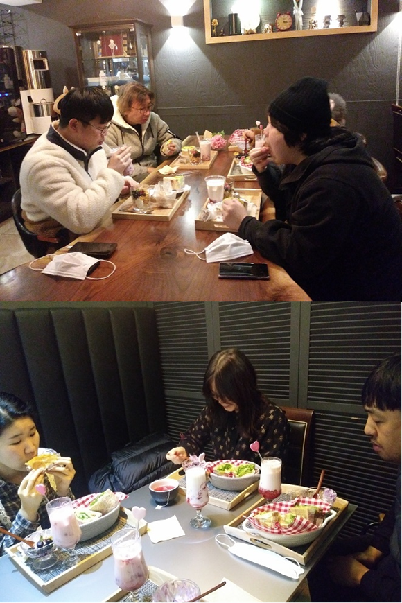 ▲ 1인 다(多)밥에 참가해 정성스러운 식사와 소소한 대화를 나누는 참가자들 모습