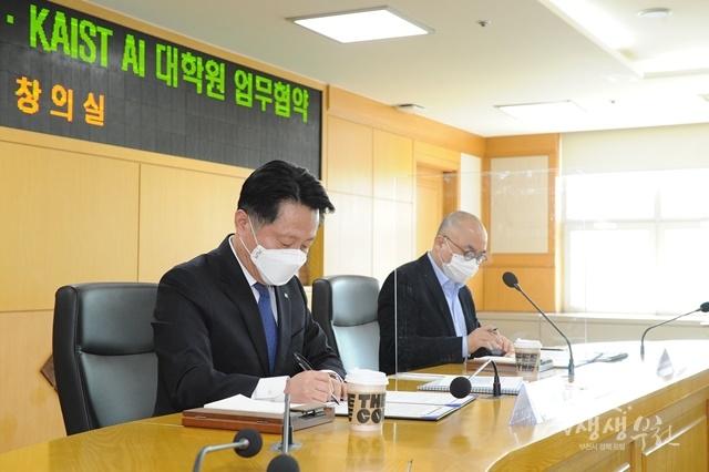▲ 장덕천 부천시장과 정송 KAIST AI 대학원장이 협약서에 서명하는 모습