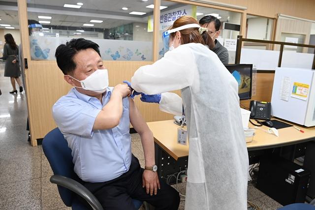 ▲ 장덕천 부천시장이 2일 부천시보건소에서 백신을 접종하고 있다.