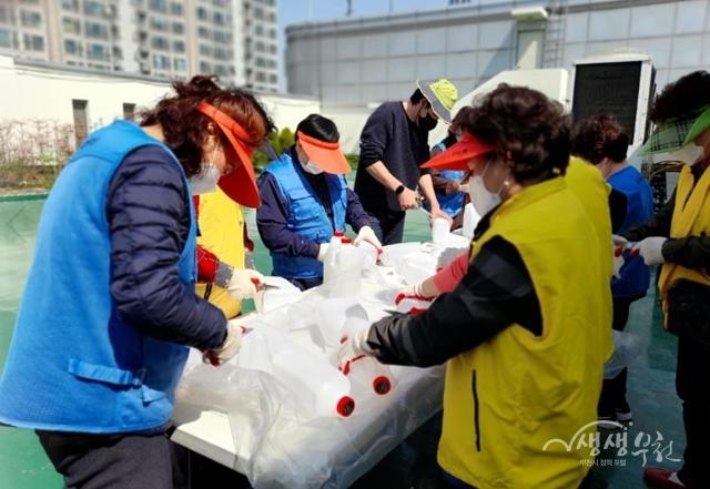 ▲ 참여자들이 페트병을 이용하여 꽃화분을 제작하고 있다.