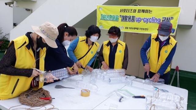 ▲ 화분만들기를 위한 폐플라스틱 작업 사진