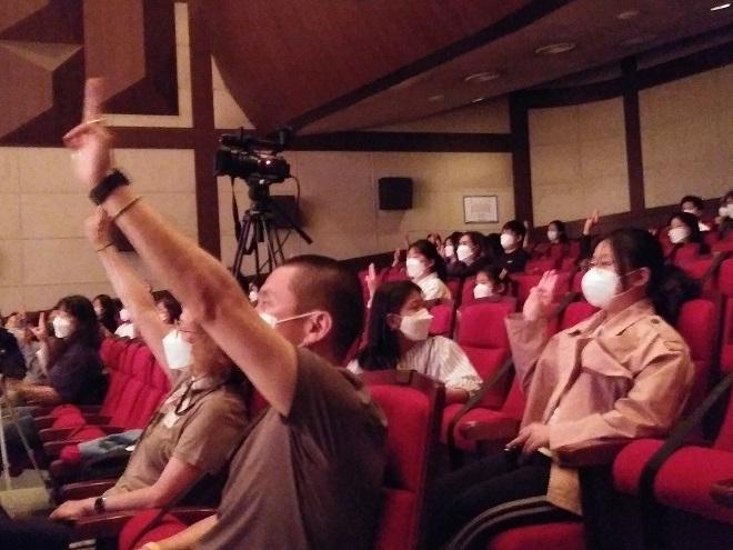 ▲ 미얀마의 민주주의를 지지하는 관객들의 '세 손가락' 경례 모습