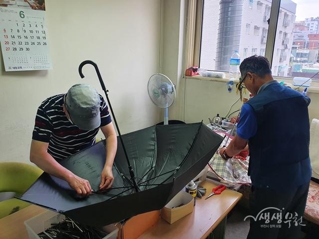 ▲ 우산수리센터에서 고장난 우산을 수리하는 모습