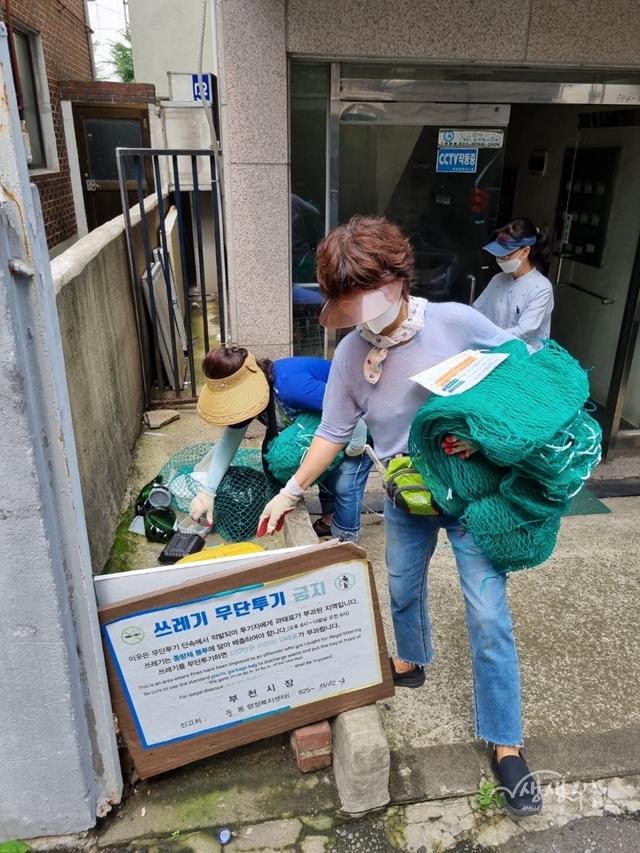 ▲ 재활용그물망 배부 모습