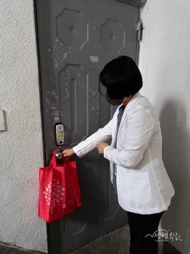 ▲ 부천시는 폭염 예방 물품을 문 앞에 전달하여 어르신들의 폭염 피해 예방에 힘쓰고 있다