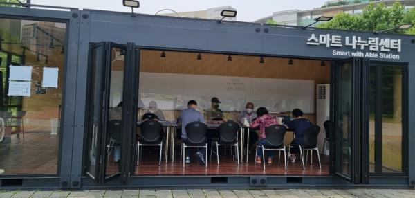 ▲ 나누림 센터(안중근 공원 내) 스마트 기초교육 오전/오후 각 반 6명 수업 중