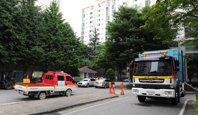 ▲ 한국전력공사에서 전력 복구를 위해 케이블 교체 작업을 이어가고 있다.