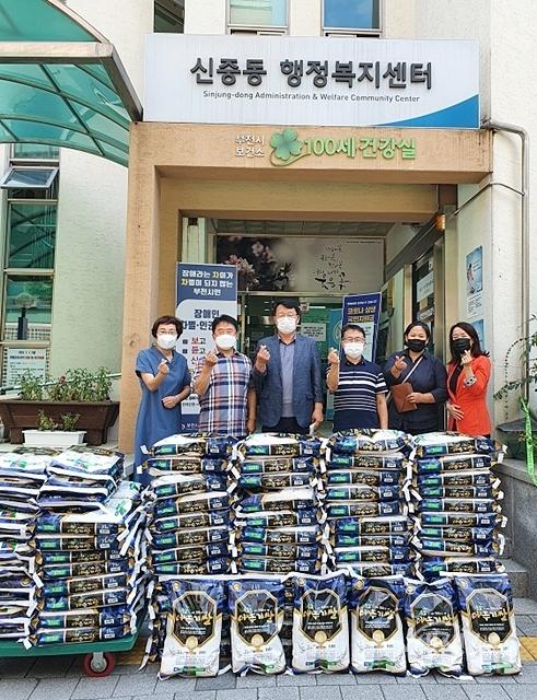 ▲ 수정교회에서 사랑의 쌀10kg(90포)를 신중동행정복지센터에 기탁하고 있다.