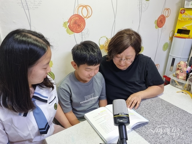 ▲ 가족이 함께 오디오북을 녹음하고 있다.